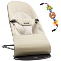BabyBjörn Babywippe, Balance Soft Cotton, Khaki / Beige mit Spielzeug